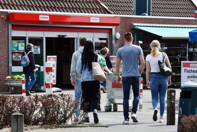 Veel toeristen slaan in bij de grenssupermarkt, voor hen wil Ter Huurne camperplaatsen inrichten.
