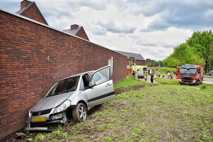 Automobilist rijdt tegen muur van gebouw in Goirle.