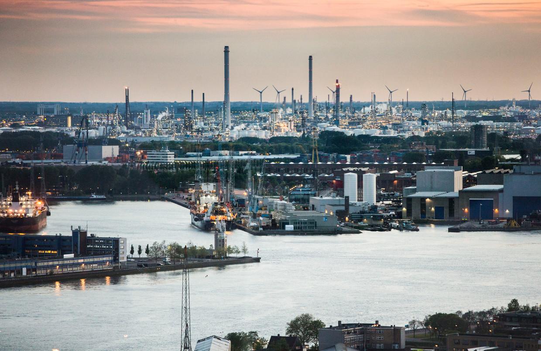 Uitzicht op Shell in Pernis. Foto genomen vanuit de glazen lift van de Euromast. Beeld Arie Kievit