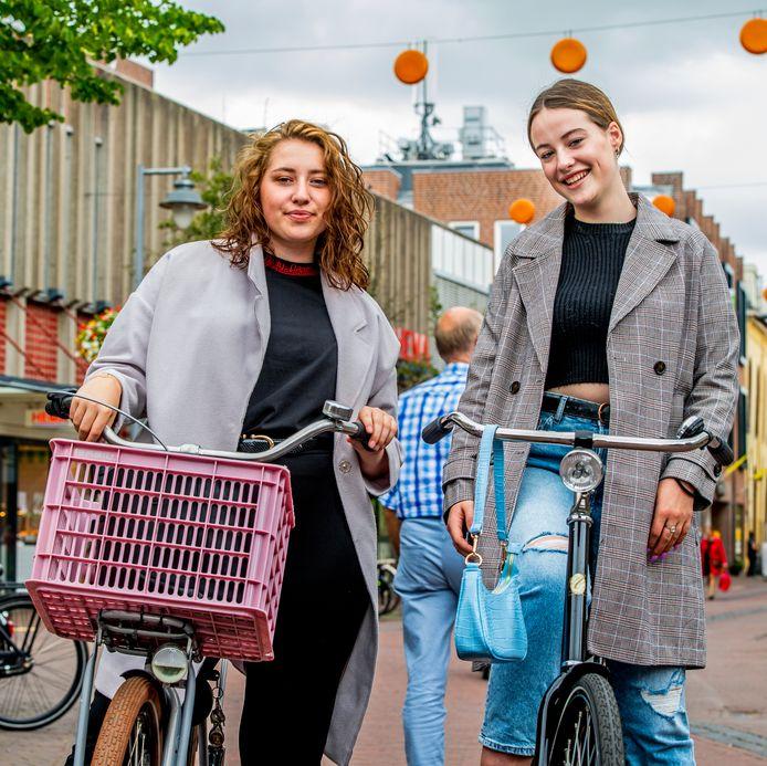 Emma-Mae Hobbs (rechts) en Manon Boesman (links) uit Gouda respecteren het verbod op bellen en appen op de fiets, al ligt de verleiding om toch al fietsend eventjes de smartphone te pakken nog wel eens op de loer.