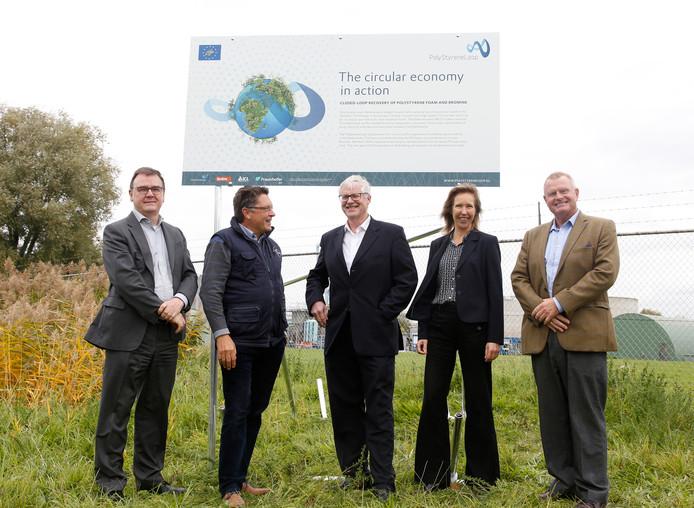 Het bouwbord staat er al voor de proeffabriek in Terneuzen, met initiatiefnemers Jan Noordegraaf (midden) en Lein Tange (helemaal rechts), met verder vlnr ICL-IP-directeur Edie Engels, plantmanager proeffabriek Toine Janssen en Saskia Goole, toekomstig ICL-IP-directeur.