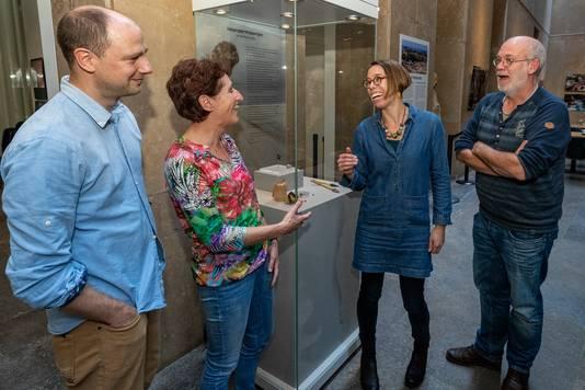 V.l.n.r.: Luc Amkreutz, Willy van Wingerden, Geeske Langejans en Marcel Niekus in het Rijksmuseum van Oudheden in Leiden bij de opmerkelijke vondst: het vuurstenen handgereedschap van 50.000 jaar oud.