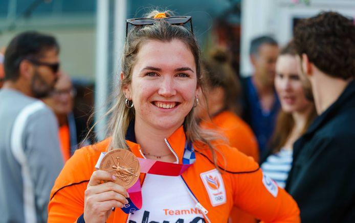 Merel Smulders toont haar bronzen medaille.