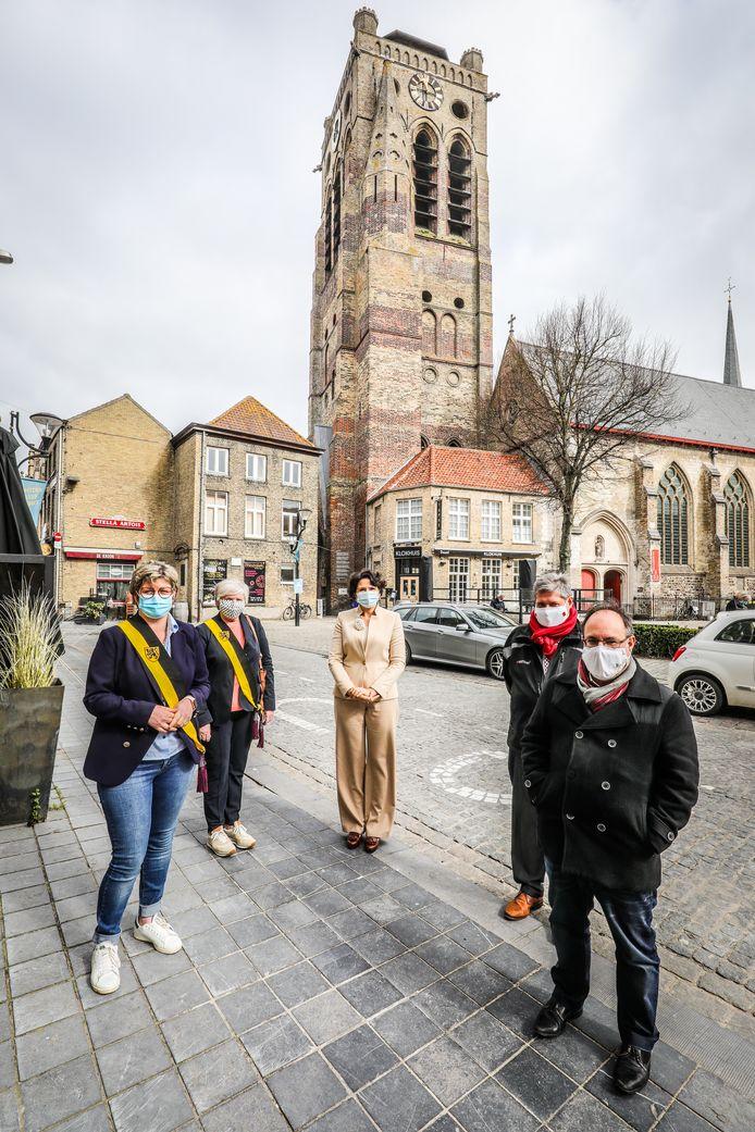 Een delegatie van Westtoer en het Veurnse stadsbestuur voor de Sint-Niklaastoren