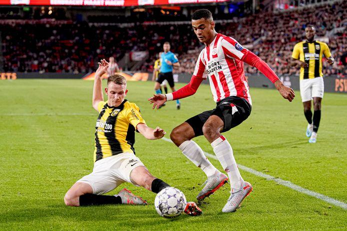 Julian Lelieveld zet namens Vitesse een sliding in tegen PSV.