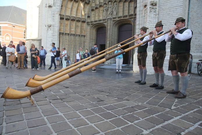 Enkele alpenhoornblazers openen de tentoonstelling voor de Sint-Baafskathedraal.