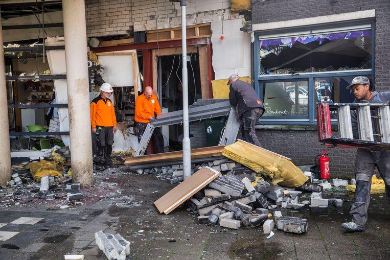 Veel schade na plofkraak in Spijkenisse: ook enorme ravage bij naastgelegen dierenkliniek. Beeld Arie Kievit