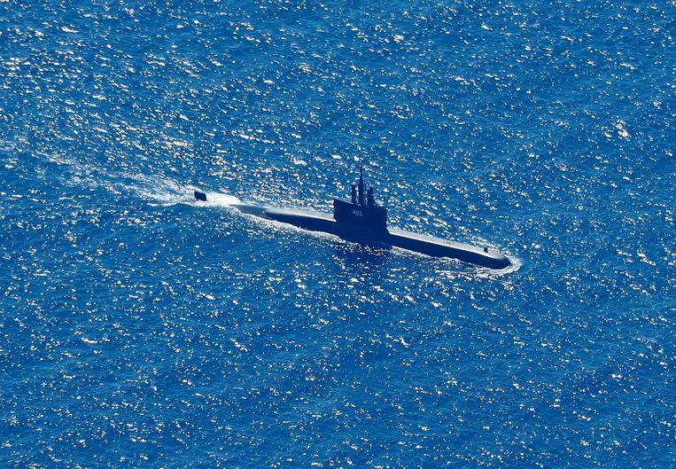 Een Indonesische onderzeeer zoekt in de wateren bij Bali naar sporen van de vermiste duikboot KRI Nanggala. Beeld EPA
