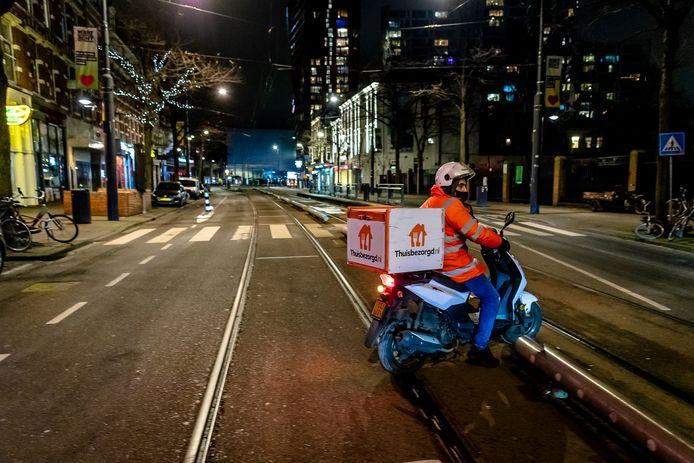 Maaltijdbezorgers domineren de straten tijdens de avondklok