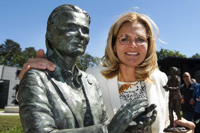 Sarina Wiegman tijdens de onthulling van haar standbeeld in de beeldentuin op de KNVB-campus in Zeist.