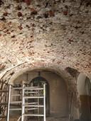 De oude gewelven van het keldercafé van Oisterwijk zijn onder het stucwerk vandaan gekomen