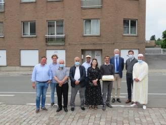 """Tieltse moslims onder dak in vroegere showroom De Deurwaerder Hout: """"Overgangsfase in afwachting van een eigen moskee"""""""