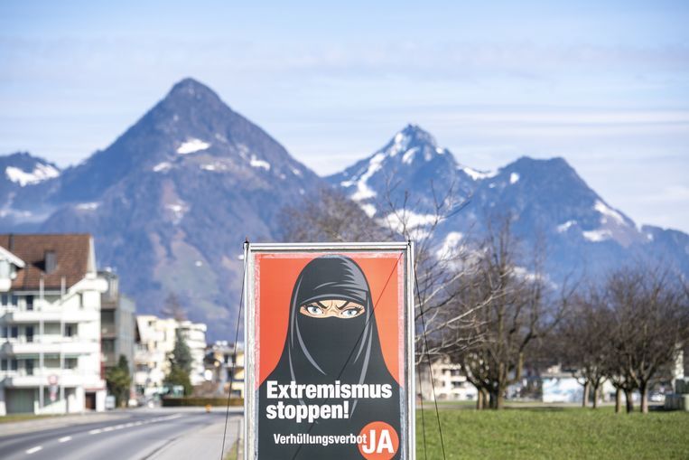 Een affiche van voorstanders van het boerkaverbod in het Zwitserse plaatsje Oberdorf. Beeld EPA