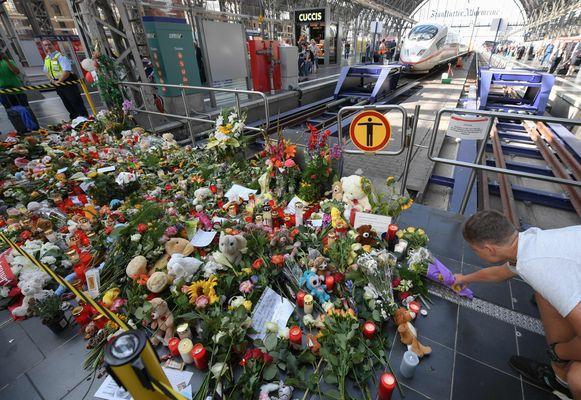Bloemen, kaartjes, kaarsjes en knuffels voor het jongetje dat voor een trein werd geduwd in het station van Frankfurt.
