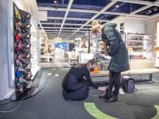 Tijdsdruk tijdens het schoenen passen in Zwolle en 'veel gedoe' bij Bruna en Ako