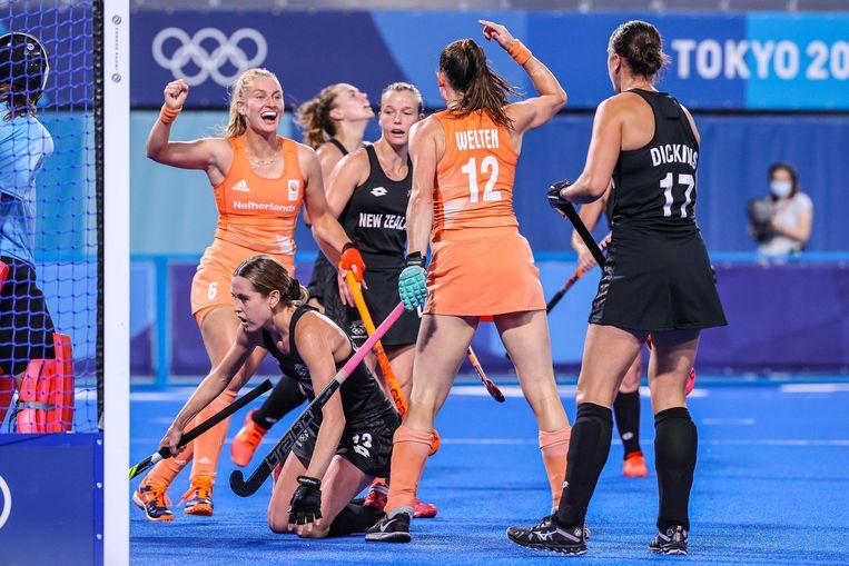 Lidewij Welten (r) viert de 1-0 tijdens de kwartfinale tegen Nieuw-Zeeland met Frédérique Matla. Beeld ANP