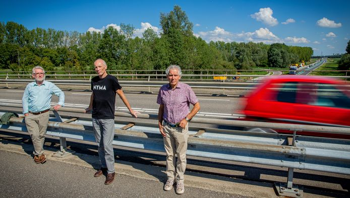 Bert Beuving, Warner de Boer en Henk van Elk (vlnr) op het Scharenburgviaduct over de Maas en Waalweg.