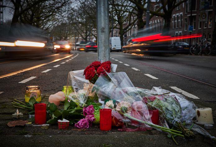 Tijdens een wake op de Mathenesserlaan voor een 14-jarig verkeersslachtoffer reed een auto vol opgefokte jongelui voorbij, vertelt een buurtbewoner.