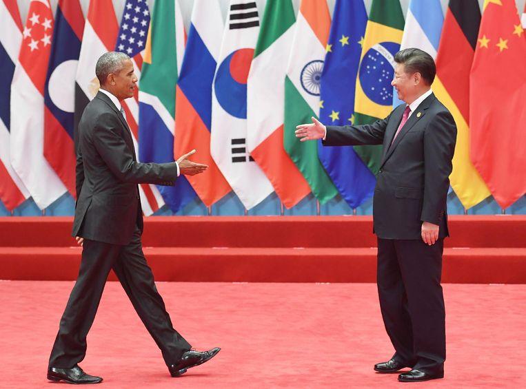 De Amerikaanse president Barack Obama en de Chinese president Xi Jinping groeten elkaar op de G20-top in Hangzhou. Beeld afp
