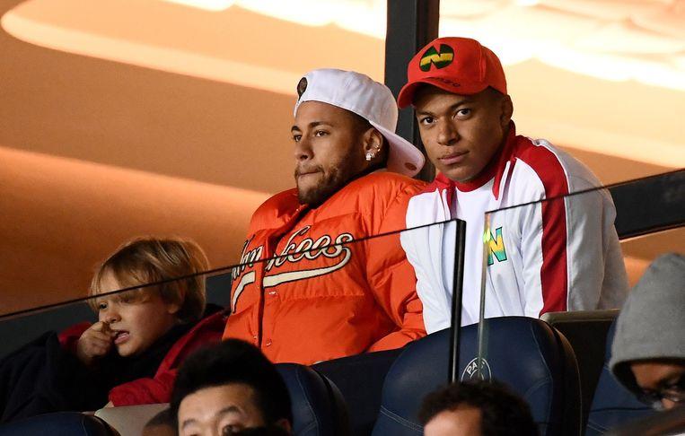 Neymar (l.) en Mbappé (r.) zaten afgelopen weekend broederlijk naast elkaar in de trubine, beide licht geblesseerd. Beeld AFP