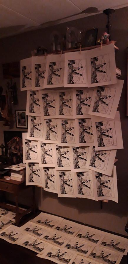 De prints van de houtsnedes hangen te drogen in het atelier. Kunstenaar Trommel maakte er honderd.