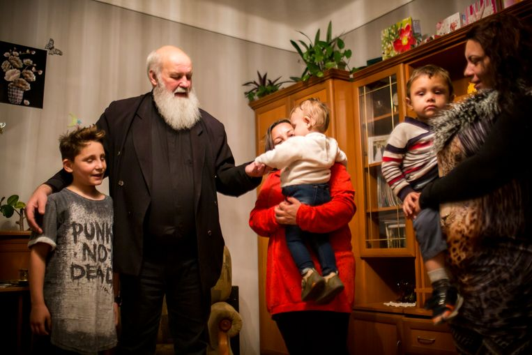 Gábor Iványi op bezoek bij een Roma-gezin in Hongarije.  Beeld RV -
