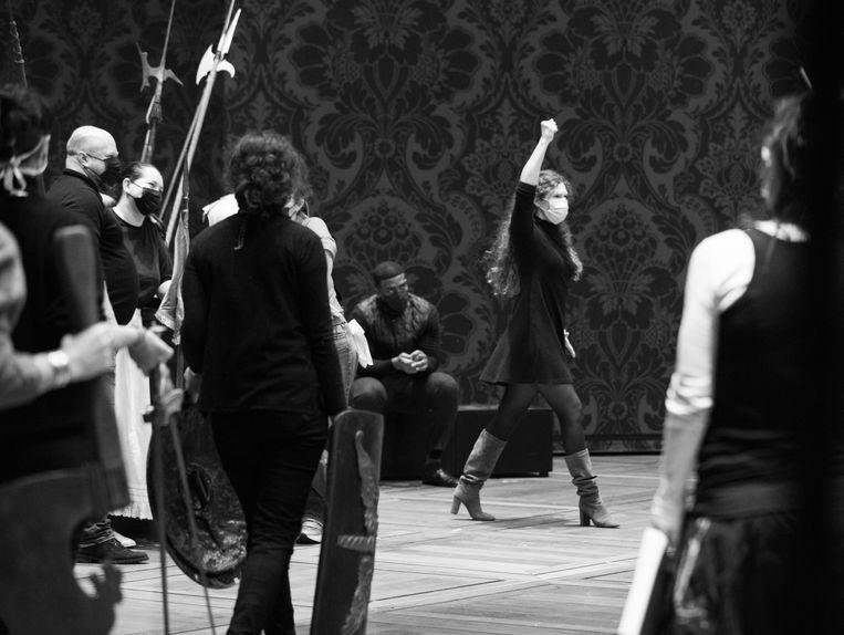 Lotte de Beer strijdlustig tijdens de repetitie voor Verdi's Aida.  Beeld Eléna Bauer / Opéra National de Paris