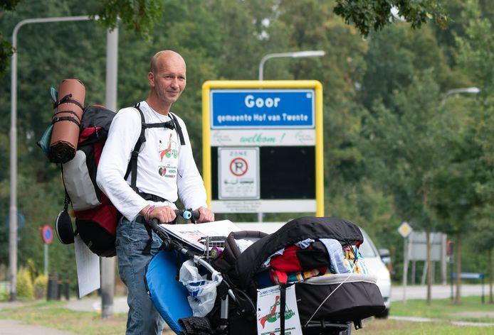 Patrick Damhuis wandelt van Enschede naar Den Haag om aandacht te vragen voor ouderverstoting.