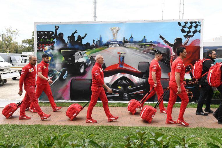Leden van de Italiaanse renstal Ferrari druipen af na de annulatie van de grote prijs in Melbourne, vorige week. Beeld AFP