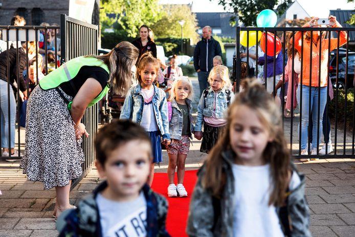 De kinderen bij de Bolster in Gilze worden door hun ouders naar school gebracht. Daar worden ze op de rode loper ontvangen door de juffen en meesters.