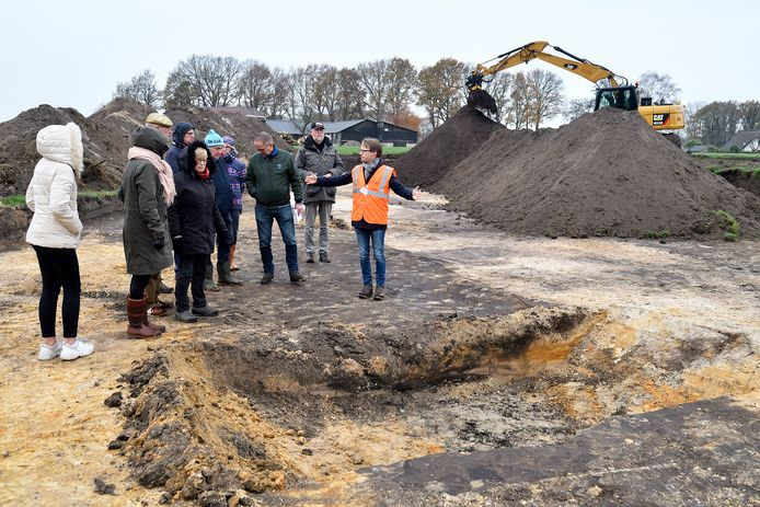 Bezoekers kregen gisteren uitleg over de archeologische vondsten.