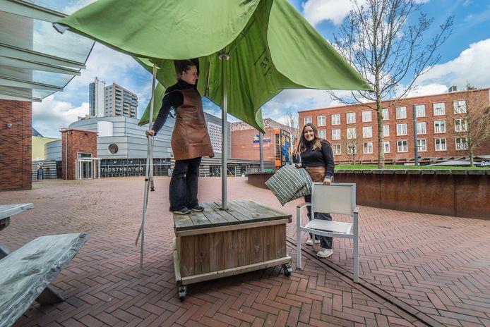 Terrassen opzetten Barista Cafe Stadshart Zoetermeer - Julia van den Bos en Nina van Graafeiland