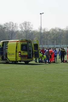 Voetballer met verlamde benen naar ziekenhuis na botsing op veld