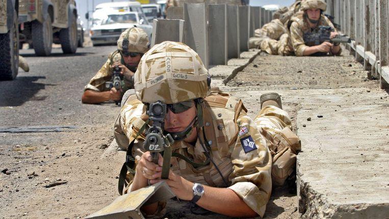 Archieffoto uit 2006 waarop te zien is hoe Britse militairen een gebied in de stad Basra proberen veilig te stellen Beeld afp