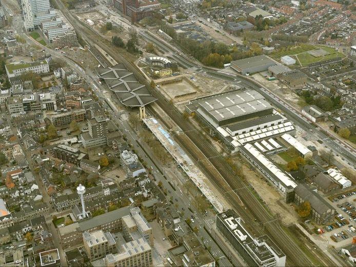 De bouwput achter het station is vanuit de lucht goed te zien. Foto Luchtfotografie Your Captain