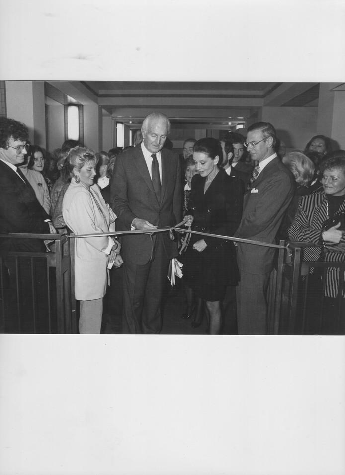Links in de witte jas staat oma Sonja in 1988, bij de opening van een tentoonstelling in het gemeentemusem met rechts naast haar Hubert de Givency en Audrey Hepburn.