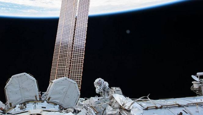 Twee astronauten stappen uit ISS om robotarm te herstellen