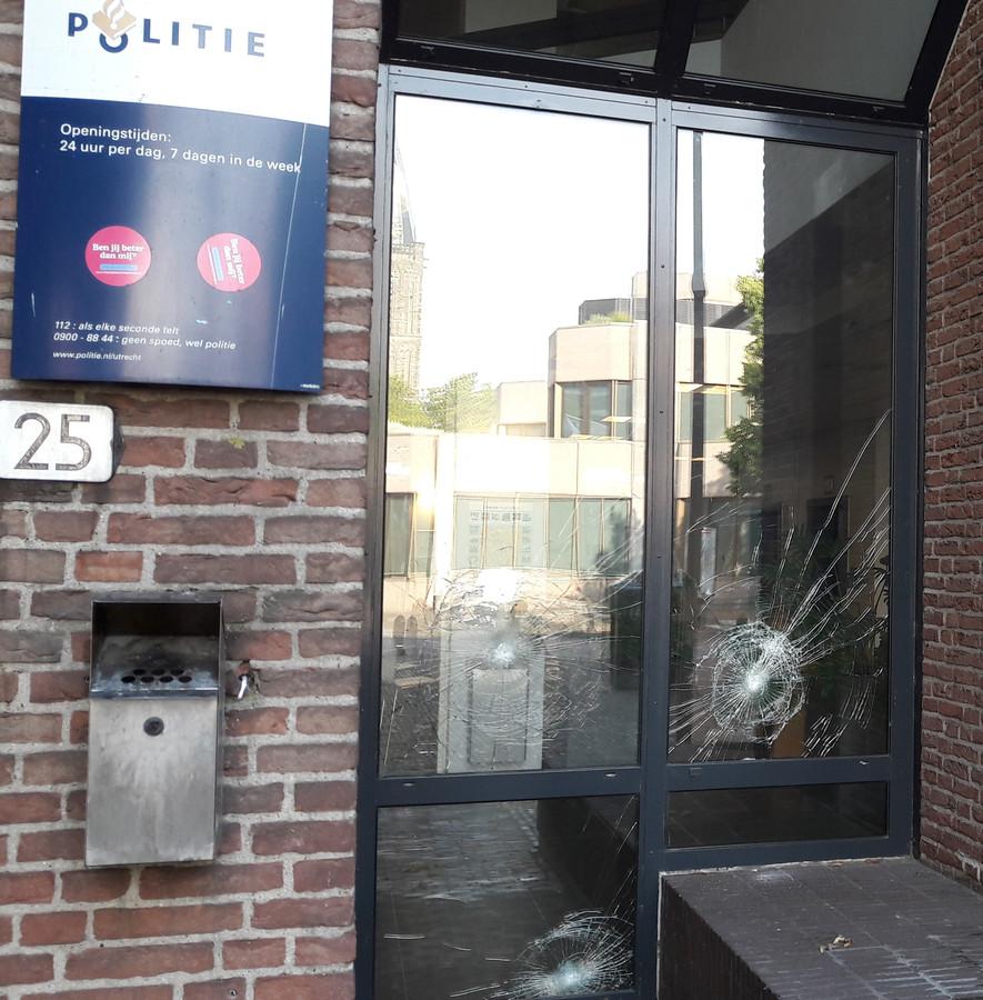 Opnieuw ruiten bekogeld van hoofdbureau Paardenveld van de politie aan de Kroonstraat in Utrecht.