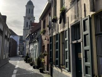 """""""Monsterblokken zetten historische stadskern in de schaduw"""": Bewoners Torenstraat protesteren met zwarte vlag tegen bouwplannen"""