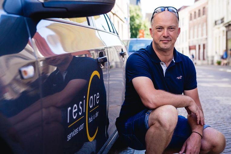 Peter Sarazijn biedt met zijn bedrijfje 'ResiCare' allerhande diensten aan, van de hond uitlaten tot de brievenbus legen.