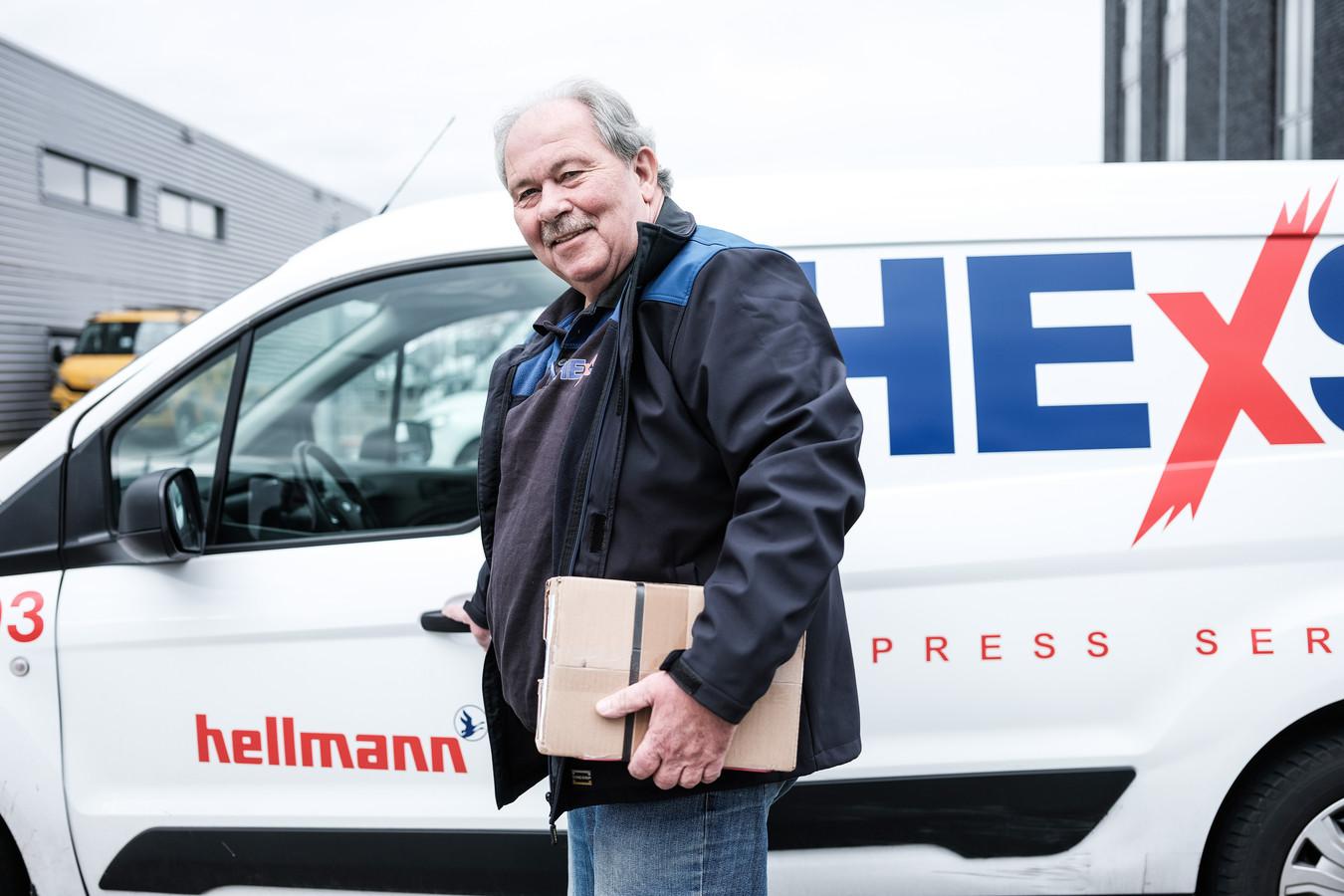 Thom Douwsma (68) werkt als pakketbezorger, om zijn AOW aan te vullen.