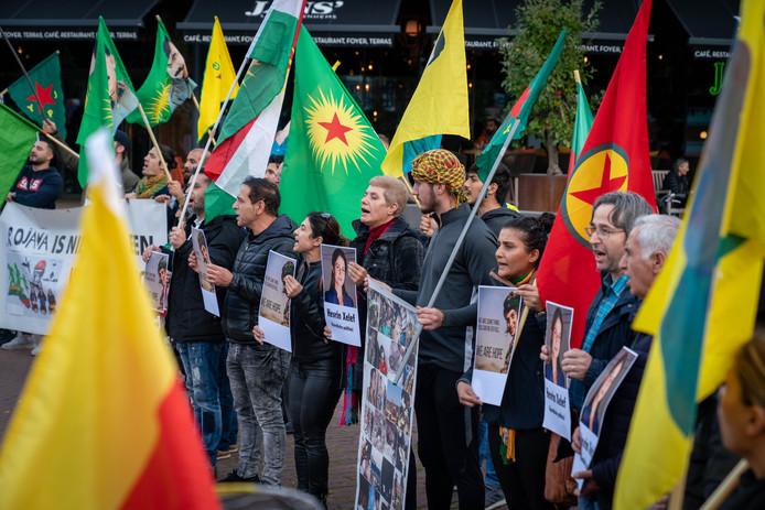 Demonstrerende Koerden bij concertzaal Musis in Arnhem.
