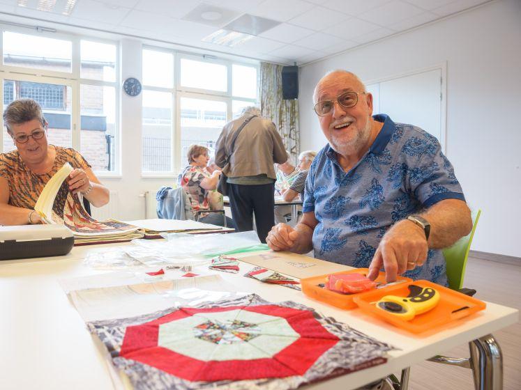 Co (78) uit Etten-Leur is koning tussen de dames in handwerkland: 'Hij is van de kleuren'