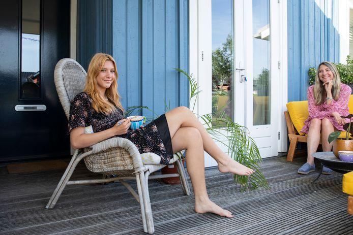 Robin Huizenga aan het avondeten in de zon met haar moeder Petra.