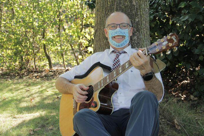 Cabaretier Karel Declercq pakt vanaf oktober uit met het Coronacabaret.