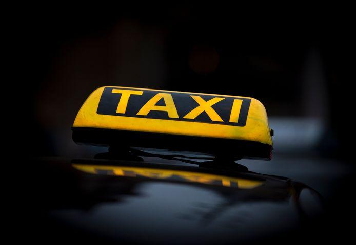 Kickbokser H. en een vriendin bestelden een taxi om via Dordrecht naar Rotterdam te rijden. Waarvandaan werd tijdens de rechtszaak niet duidelijk. Ze maakten een tussenstop op een parkeerterrein, waar ze ruzie kregen met de chauffeur.