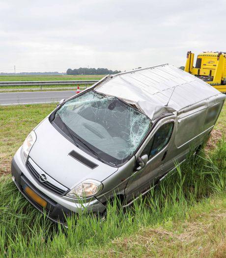 Bestelbusje slaat over de kop en belandt in sloot bij botsing N50, bestuurder ongedeerd