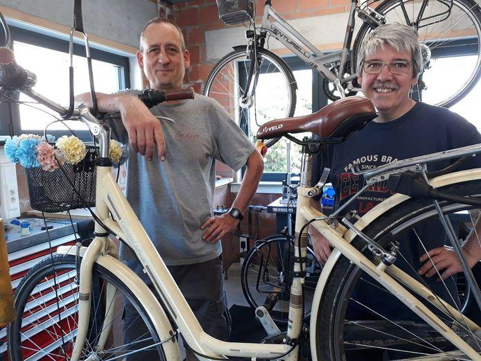 Geert Dhondt (rechts) en Bart Dewaele in de Anzegemse fietsenwinkel waar Geert bijkluste.