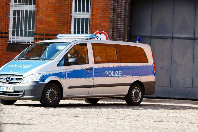 Een politiewagen voor de ingang van de gevangenis in Neumünster, waar Puigdemont in de cel zit in afwachting van de gerechtelijke procedure.