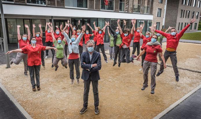 Philippe De Coene (centraal vooraan), met achter hem personeelsleden van woonzorgcentrum De Zon in Bellegem